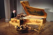 Hungarian pianist Alex Szilasi and the golden piano